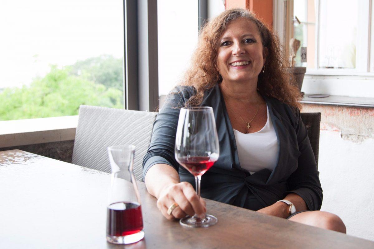 Sonja mit Glas Wein